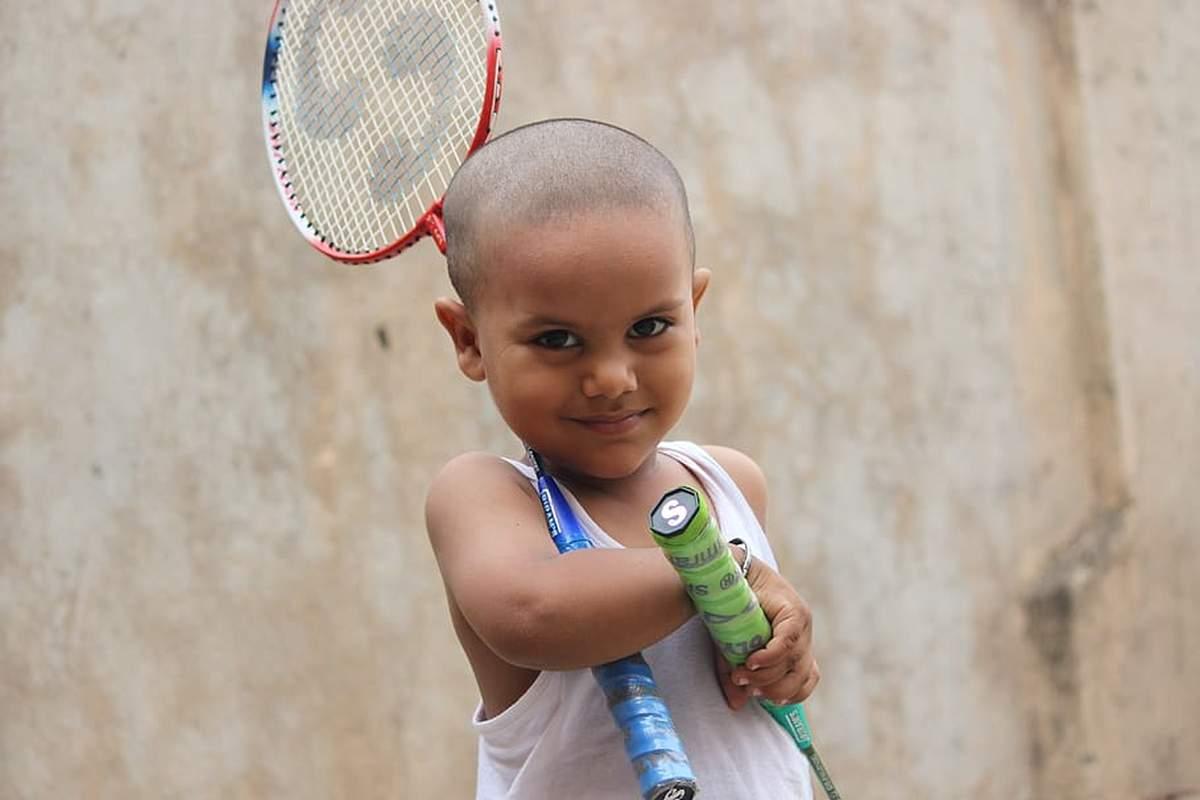 https://badmintonarmada.ro/wp-content/uploads/2020/03/badminton-boy-happy-preparation-rackets-play.jpg